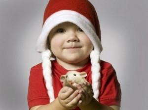 ребенок с хомячком